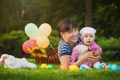 Счастливые мама и младенец играют в парке Стоковая Фотография