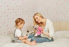 Счастливые мама и младенец с игрушками стоковая фотография rf