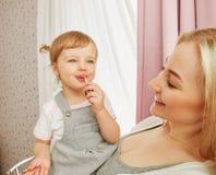 Счастливые мама и младенец стоковые изображения rf