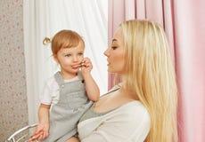 Счастливые мама и младенец стоковое фото