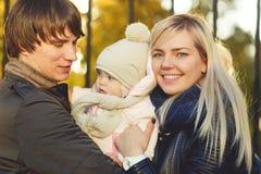 Счастливые мама и папа с его маленькой дочерью outdoors стоковое изображение