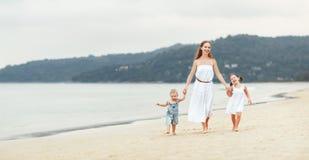 Счастливые мать и дети семьи на пляже морским путем в лете стоковые фотографии rf