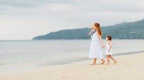 Счастливые мать и дети семьи на пляже морским путем в лете Стоковые Изображения RF