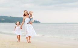 Счастливые мать и дети семьи на пляже морским путем в лете Стоковое Изображение RF