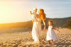 Счастливые мать и дети семьи на пляже морским путем в лете Стоковая Фотография RF