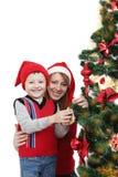 Счастливые мать и мальчик как хелпер Санты стоковая фотография rf