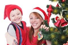 Счастливые мать и мальчик как хелпер Санты стоковые изображения rf