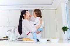Счастливые мать и младенец в кухне Стоковая Фотография RF