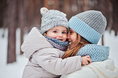 Счастливые мать и дочь на прогулке в снежной зиме стоковое изображение