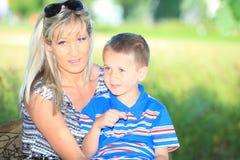 Счастливые мать и сын семьи на стенде в парке Стоковое Изображение RF