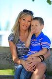 Счастливые мать и сын семьи на стенде в парке Стоковое фото RF