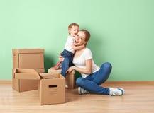 Счастливые мать семьи и дочь младенца в пустой квартире с Стоковая Фотография RF