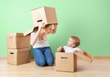 Счастливые мать семьи и дочь младенца в пустом острословии квартиры Стоковые Фото