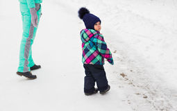 Счастливые мать семьи и дочь младенца ребенка на зиме идут в древесины Стоковое фото RF