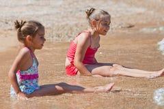 Счастливые маленькие девочки на sealine Стоковые Изображения RF