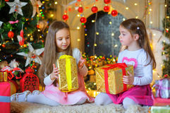 Счастливые маленькие девочки с подарком в руках Стоковое фото RF