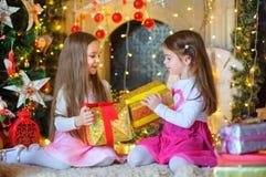 Счастливые маленькие девочки с подарком в руках Стоковое Фото