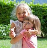 Счастливые маленькие подруги в парке Стоковое фото RF