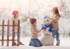 счастливые малыши outdoors стоковые фотографии rf
