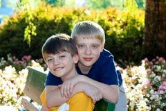 Счастливые мальчики внешние Стоковое фото RF