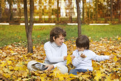 Счастливые мальчики в парке осени стоковые изображения