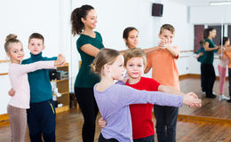 Счастливые мальчики и девушки танцуя танец пар Стоковые Изображения