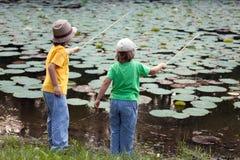 Счастливые мальчики идут удить на реке, 2 детях fisher w Стоковое фото RF