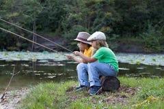 Счастливые мальчики идут удить на реке, 2 детях fisher w Стоковое Изображение