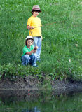 Счастливые мальчики идут удить стоковые изображения