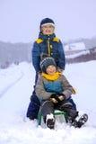 Счастливые мальчики на скелетоне стоковое изображение