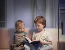 Счастливые мальчики прочитали книгу Стоковые Фото