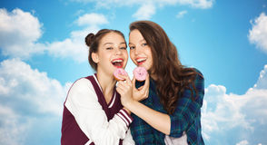 Счастливые милые девочка-подростки есть donuts Стоковая Фотография RF
