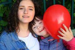 Счастливые моменты семьи в парке Стоковые Изображения