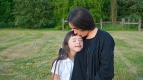 Счастливые моменты семьи в парке Стоковая Фотография RF