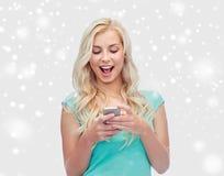 Счастливые молодая женщина или девочка-подросток с smartphone Стоковая Фотография RF