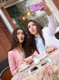 Счастливые молодые азиатские женщины делая фото selfie дальше Стоковое Фото