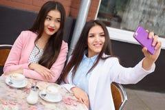 Счастливые молодые азиатские женщины делая фото selfie дальше Стоковые Изображения