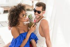 Счастливые молодые ласковые пары имея потеху на пляже лета Стоковые Фото