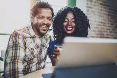 Счастливые молодые Афро-американские пары имея онлайн видео- болтовню совместно через таблетку касания на утре в живущей комнате Стоковая Фотография RF