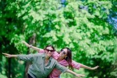 Счастливые молодые городские девушки в европейском городе Кавказские туристы имея потеху совместно outdoors Стоковая Фотография
