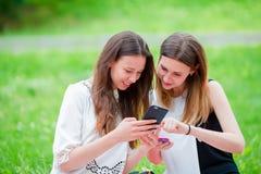 Счастливые молодые городские девушки в европейском городе Кавказские женщины имея потеху совместно и наслаждаются их выходными ou Стоковое Изображение