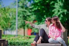 Счастливые молодые городские девушки в европейском городе Кавказские красивые женщины имея потеху совместно outdoors Стоковое Фото
