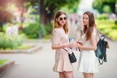Счастливые молодые городские девушки в европейском городе Кавказские женщины имея потеху совместно и наслаждаются их выходными ou Стоковая Фотография RF