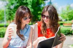 Счастливые молодые городские девушки в европейском городе Кавказские туристы имея потеху совместно outdoors Стоковые Изображения