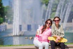 Счастливые молодые городские девушки в европейском городе Кавказские туристы имея потеху совместно outdoors Стоковые Фото