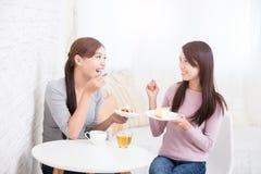 Счастливые молодые женские друзья Стоковое Фото