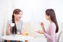 Счастливые молодые женские друзья Стоковое Изображение