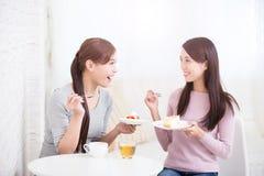 Счастливые молодые женские друзья Стоковая Фотография