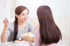 Счастливые молодые женские друзья Стоковое Изображение RF