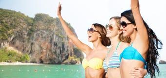 Счастливые молодые женщины в бикини на пляже Бали Стоковая Фотография RF